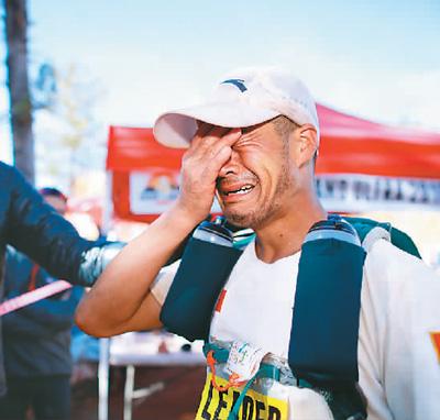 中国极限马拉松选手陈盆滨在夺冠后喜极而泣。