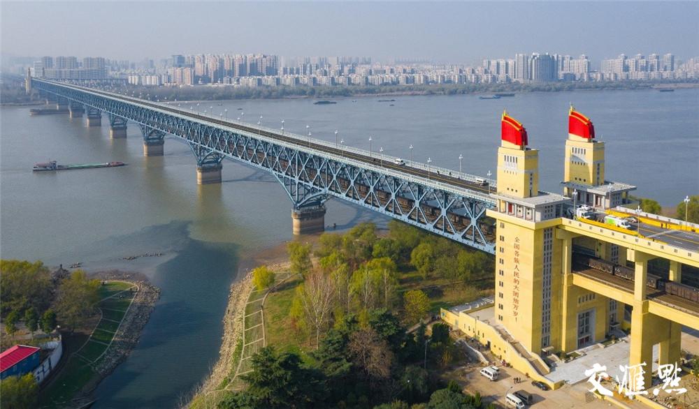 长江大桥与远处的楼盘 苏阳 摄 视觉江苏网供图