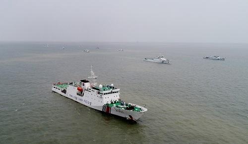 2018年4月29日,由中国海警2301舰领航的联合执法舰队航行在东海水域。 新华社记者 方喆摄