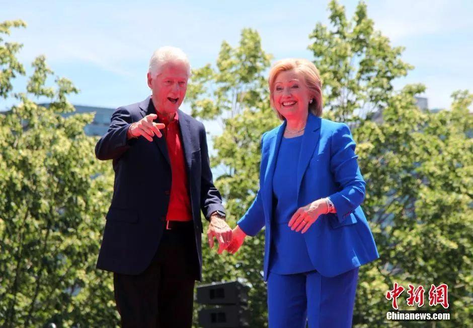 资料图:美国前总统比尔·克林顿与其夫人希拉里。