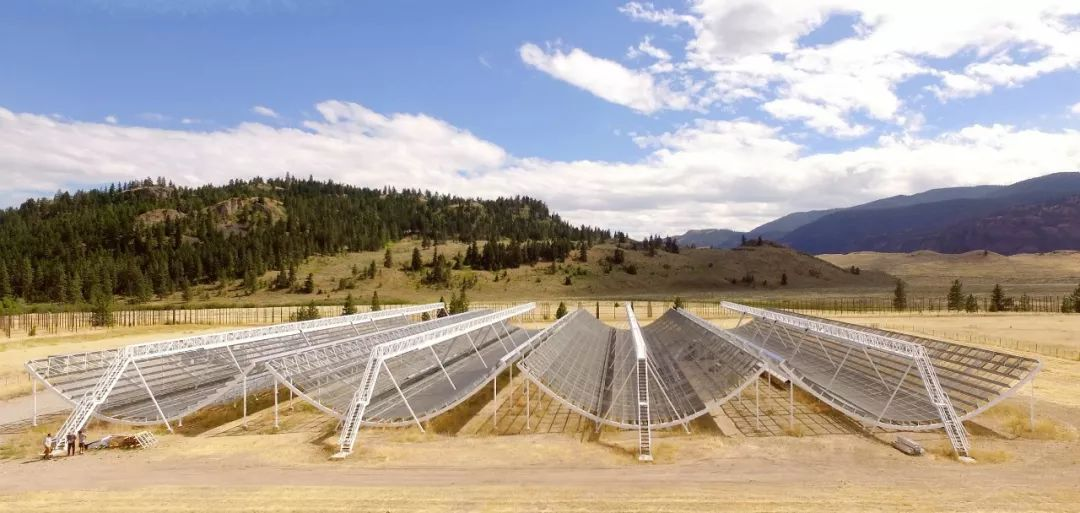 ▲ The CHIME telescope in Canada found radio signals 1.5 billion light-years away.