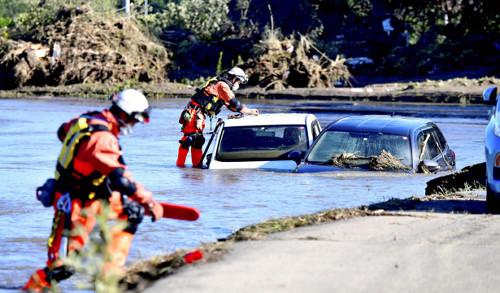 16日,长野县救援人员在继续搜救失踪人员(《读卖新闻》)