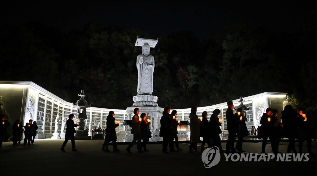 【蜗牛棋牌】韩国高考来了 55万人报名家长学生举蜡烛连夜祈祷