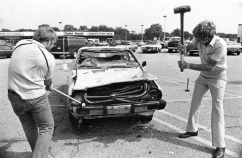 在上世纪日美贸易战期间,两名美国人砸烂日本车以表达不满。(图源:产经新闻)