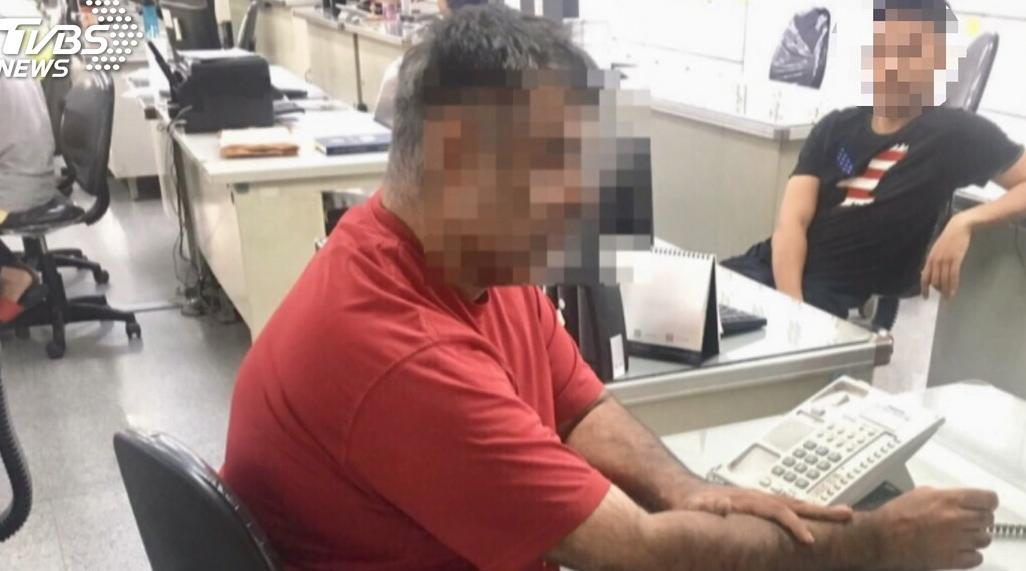 台湾警方抓一名加拿大人 喷辣椒水将其拿下