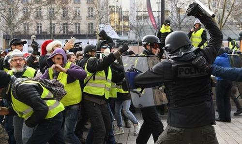 应对黄马甲示威活动的法国警察/图自英国《每日快报》