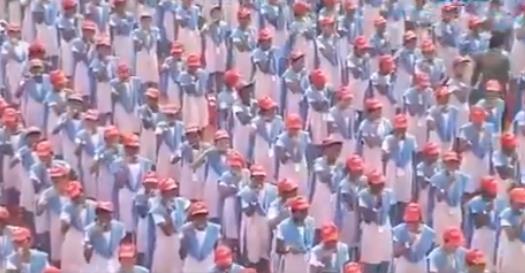 印度25000名学生同时刷牙 欲破吉尼斯纪录(图)