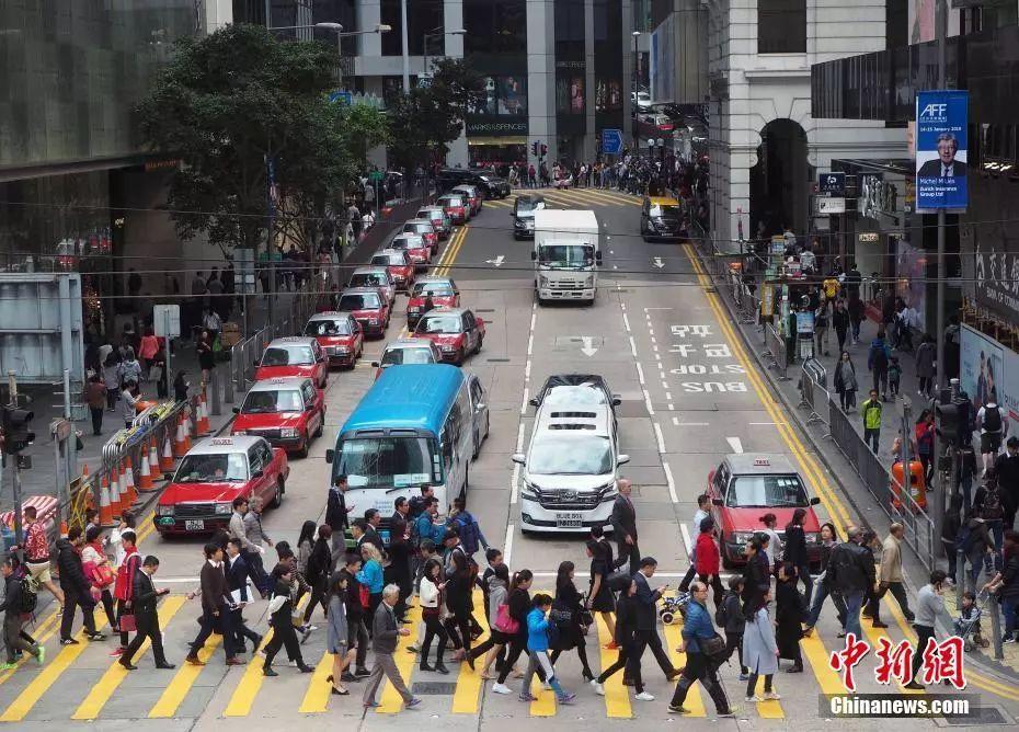 资料图:车水马龙的香港中环。 中新社记者 洪少葵 摄