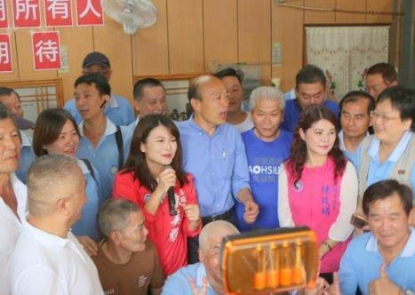高雄出租车司机与国民党高雄市长候选人韩国瑜合影。(图片来源:台媒)