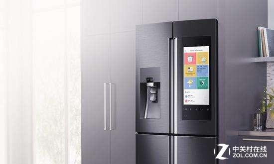 带有巨大显示屏的智能冰箱