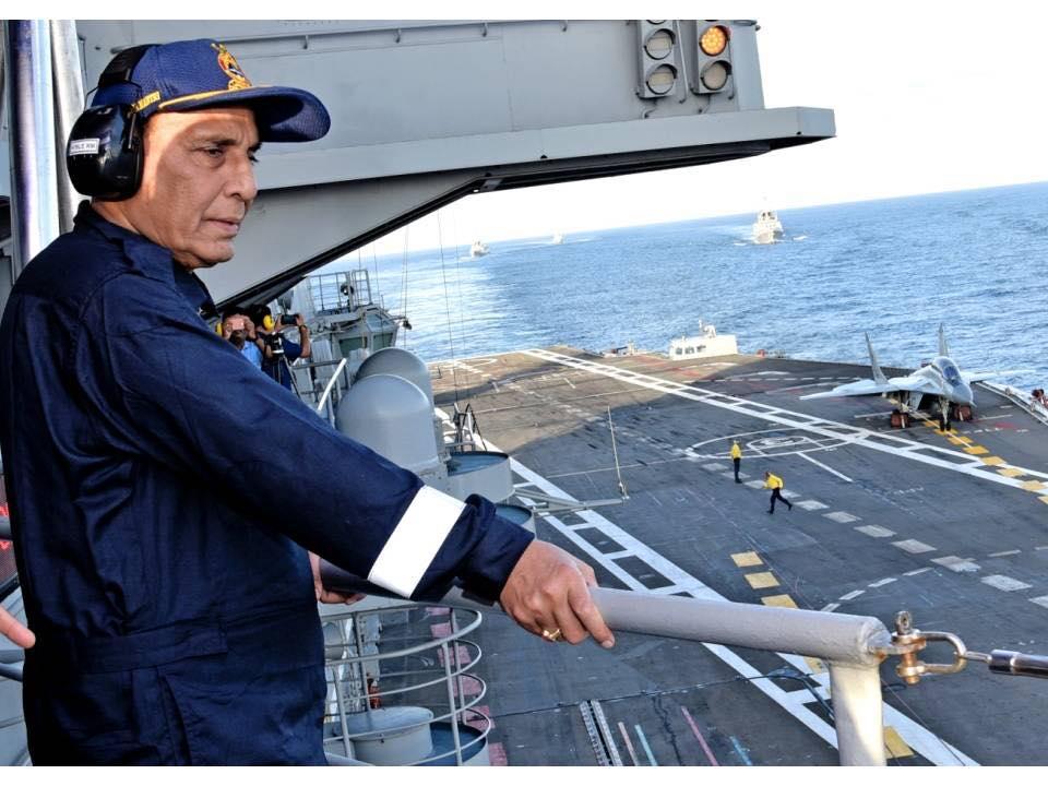 辛格在航母舰岛上观摩了舰载机降落