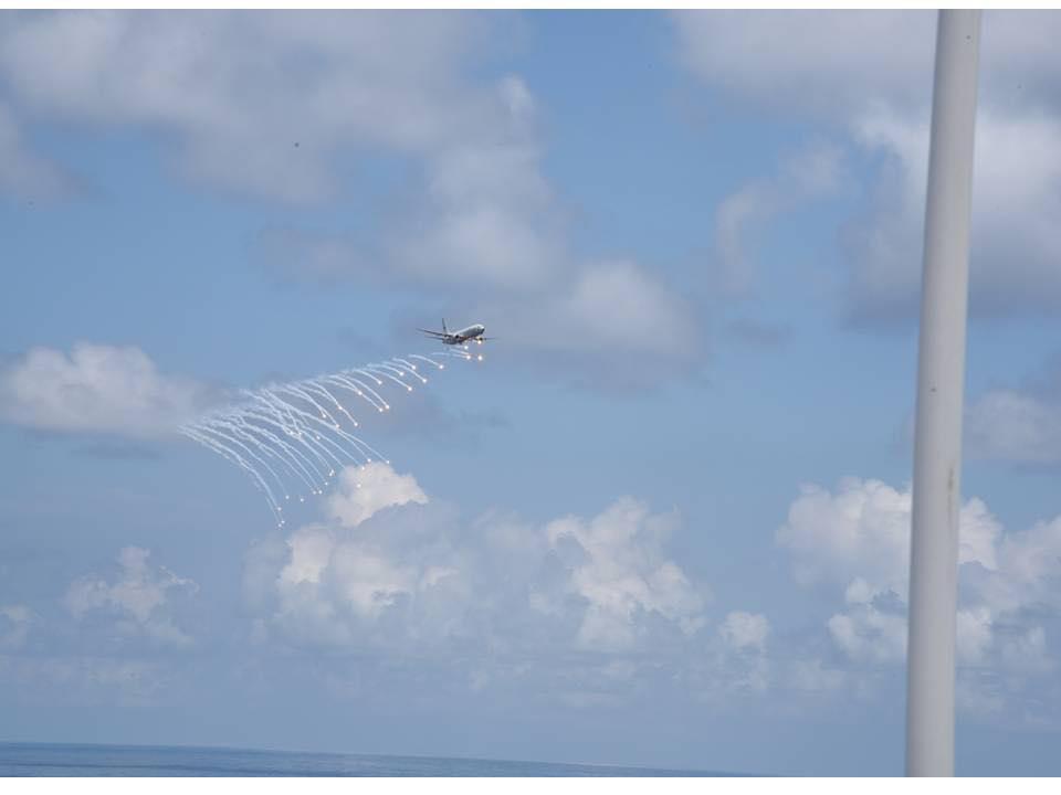 印度军机用释放红外干扰弹的方式来向视察的印度国防部长辛格致意。