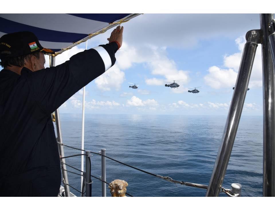 印度海军航母打击战斗群的舰载直升机编队接收检阅