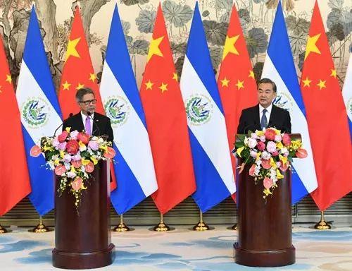▲资料图片:2018年8月21日,中国外交部长王毅在北京同萨尔瓦多外长卡斯塔内达签署两国关于建立外交关系的联合公报。(外交部)