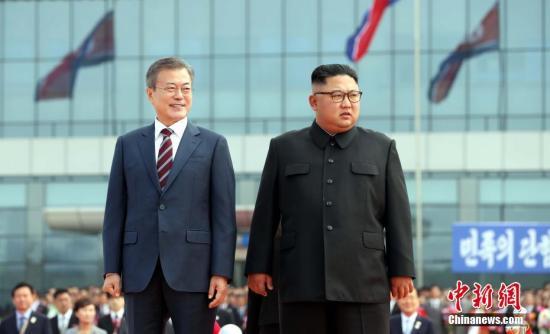9月18日,韩国总统文在寅抵达朝鲜平壤。图为文在寅与金正恩检阅朝鲜仪仗队。平壤说相符采访团供图
