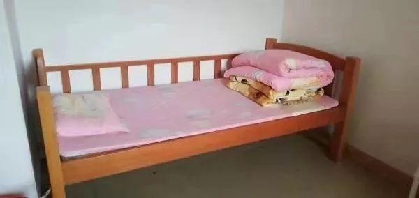 女童在福利院生活的床铺