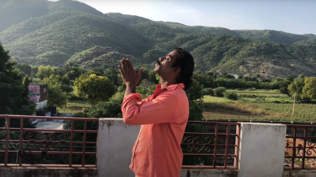 ▲在家中的天台上做瑜伽的 Baba Sen