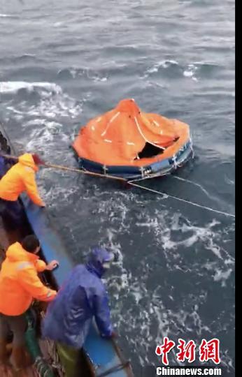 搜救人员发现救生筏。浙江海事 供图