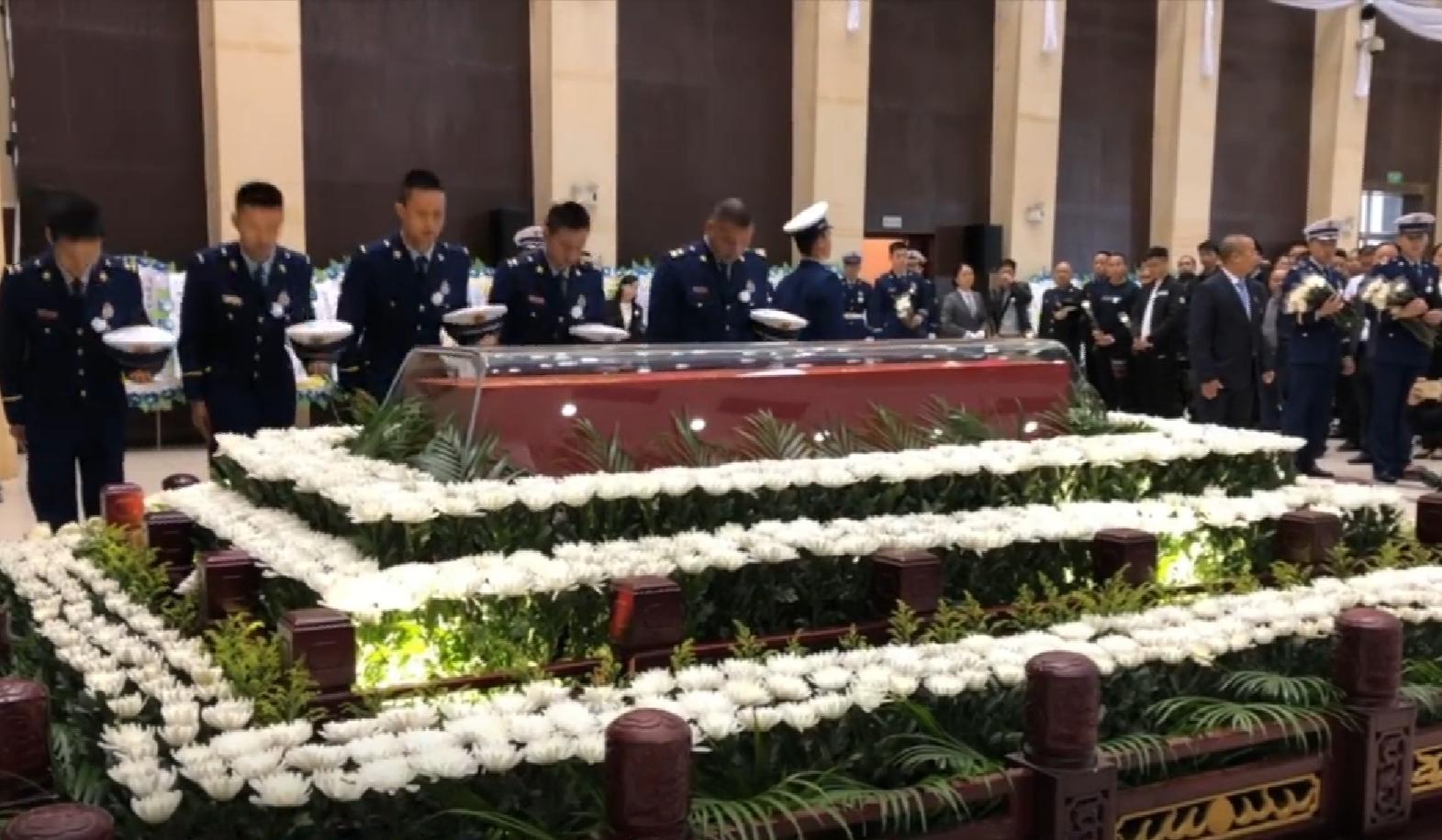"""11月27日上午,福州消防员张伟杰遗体告别仪式举行。""""我们视频""""截图"""