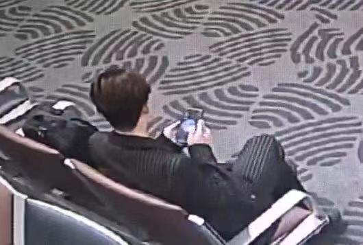 男子在机场候机时被民警发现。警方供图