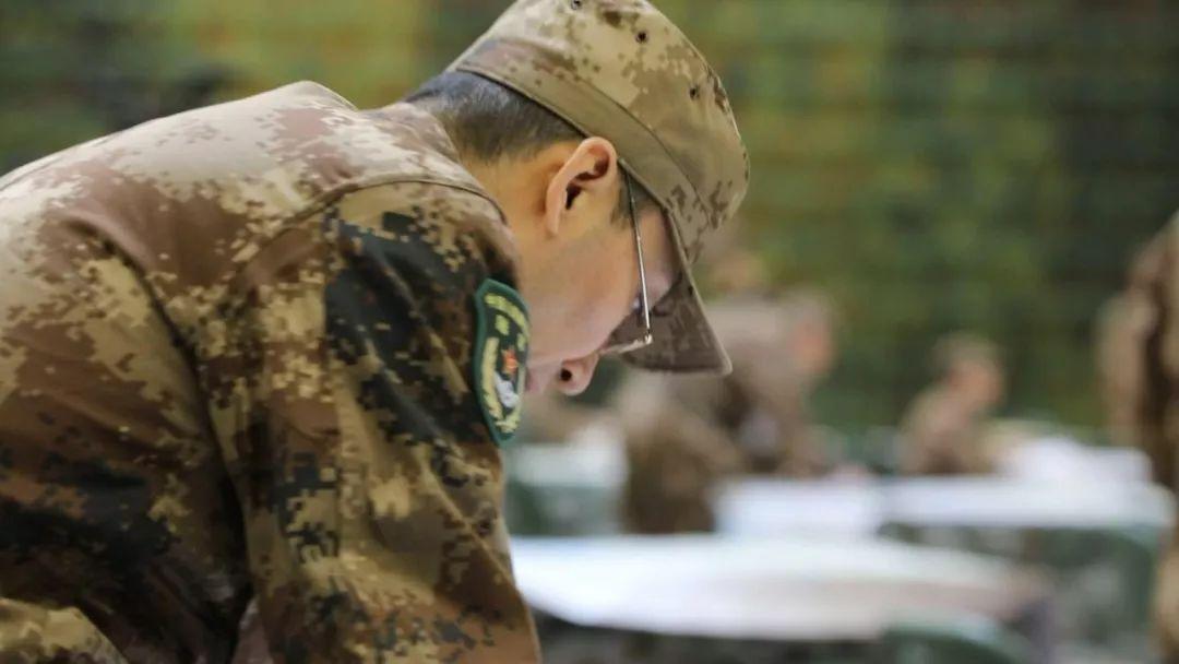 """所有的将军考生独立完成考试内容。本文图片微信公众号""""人民陆军"""""""