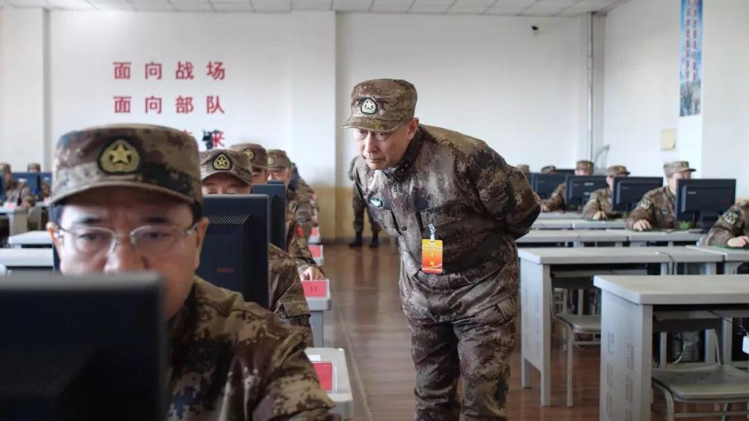 军事专家对考核内容进行严格评判。