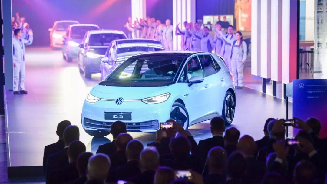 这是11月4日在德国茨维考举行的大众ID.3电动汽车投产仪式上拍摄的ID.3电动汽车。新华社/欧新