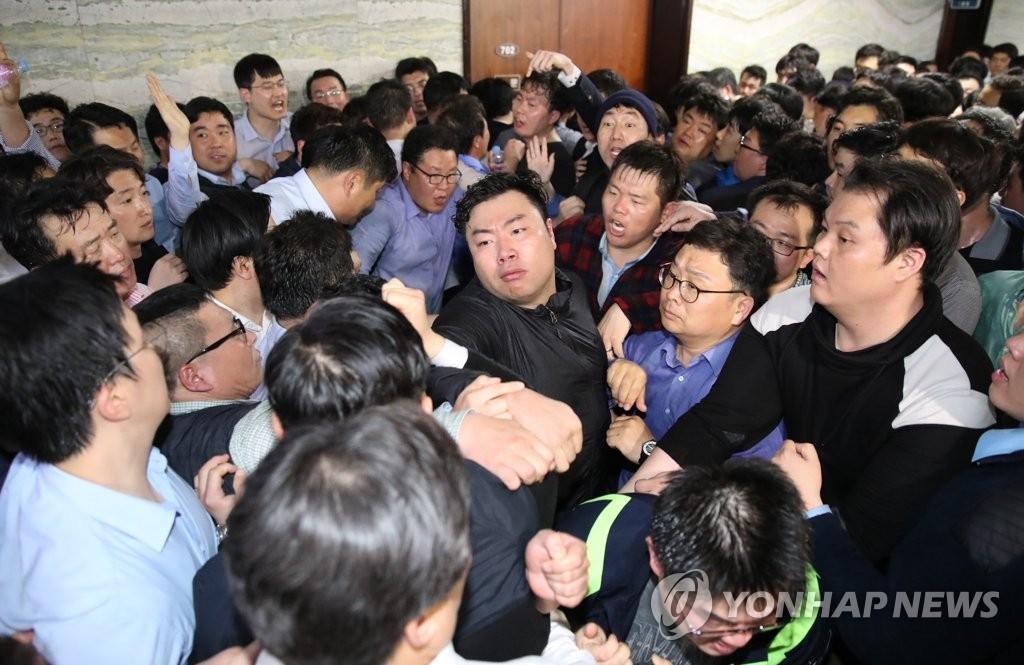 韩国朝野议员在国会发生冲突(韩联社)