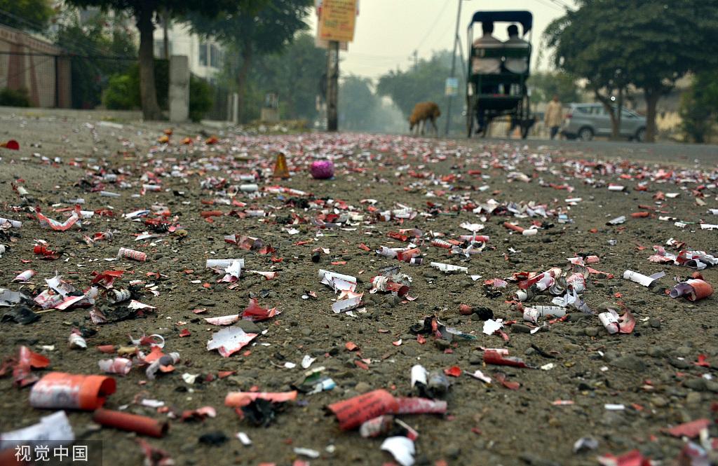 排灯节后印度街上满是爆竹残留 @视觉中国