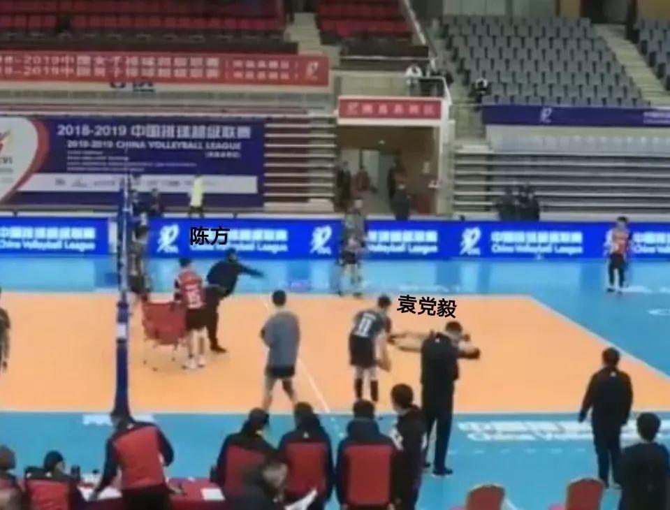 视频截图,袁党毅倒地后陈方拿球砸在他的身上。