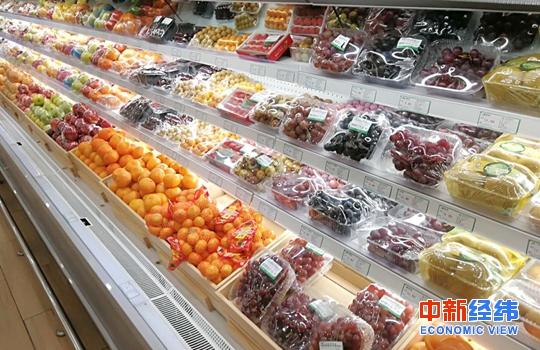 超市货架上的水果 中新经纬 张义华 摄