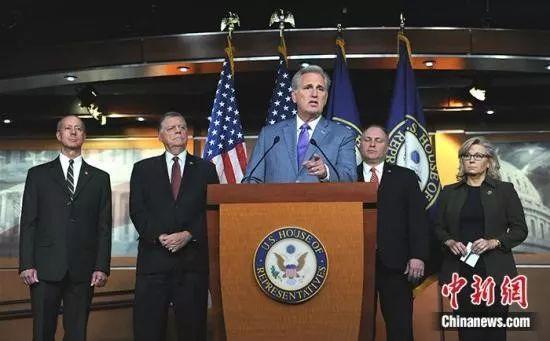 当地时间10月29日,美共和党众议院领袖在党团会议后举行记者会,谴责民主党就关于弹劾调查程序的决议案举行投票。中新社记者 陈孟统 摄