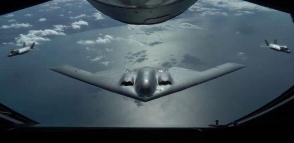图为美军B-2与英军F-35B隐身战机演练编队空中加油