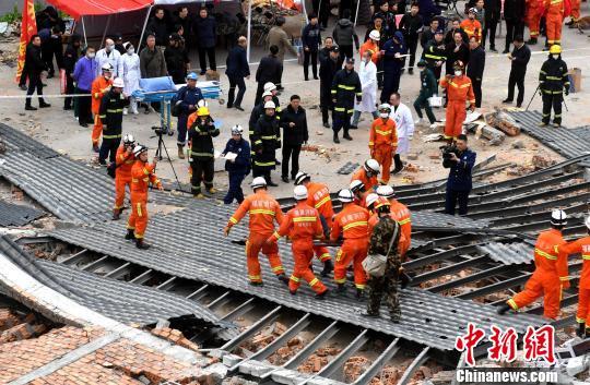 消防人员在现场展开搜救。 吕明 摄