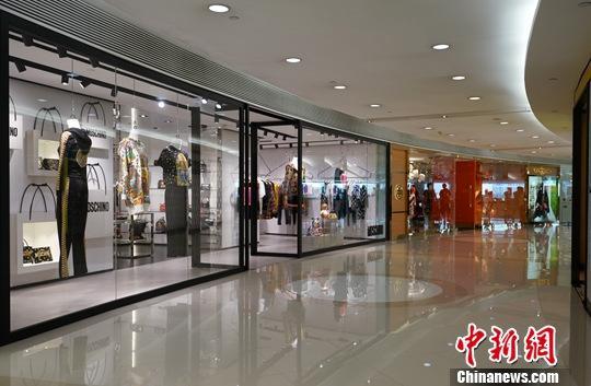 资料图:近期香港尖沙咀一座大型购物城内顾客稀少。中新社记者 张炜 摄