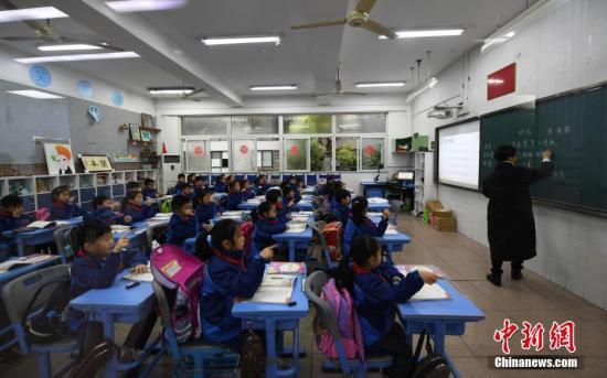 原料图:幼门生们正在上课。中新社记者 王刚 摄