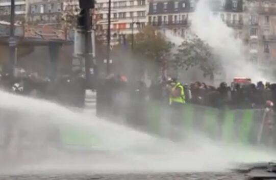 法國警方動用水炮車驅離示威者。(視頻截圖)