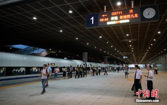 """资料图:""""和谐号""""高铁列车在深圳北站整装待发。 中新社记者 张炜 摄"""