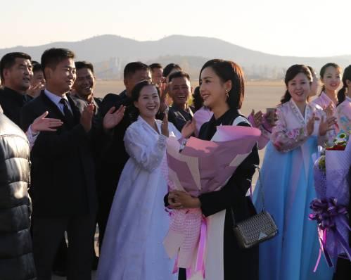中国文艺工作者代表团11月2日乘机抵达平壤顺安国际机场,开始对朝鲜进行访问。(新华社)