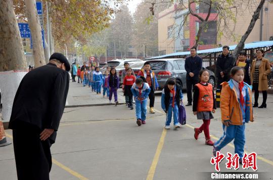记者当日在现场望到,在张善德鞠躬问益后,幼门生们也会自愿停下来,向老人鞠躬问益。 郝学娟 摄