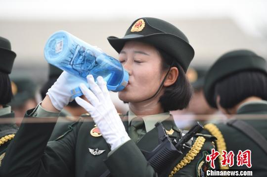 籍尹來說,她大概每天喝水6000毫升,全部變成汗液流出去,每天要換洗3次衣服。 尹威華 攝