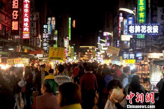 资料图:台湾高雄六合夜市人潮涌动。中新社发 王东明 摄