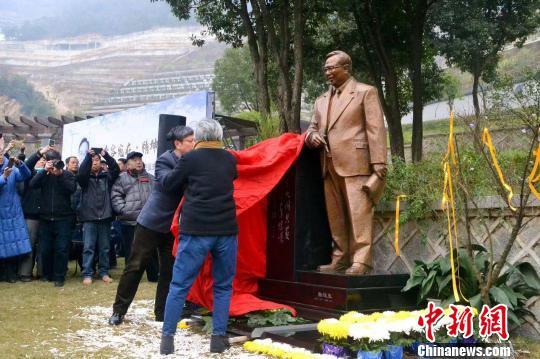 张浚生铜像揭幕。 安贤园挑供 摄