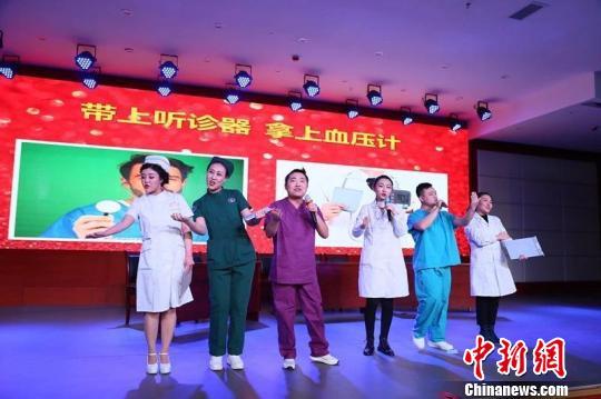 医生表演的《掀起了你的头盖骨》因歌词诙谐幽默走红网络。医院供图