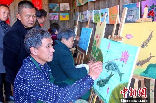 福建山村农民用画笔绘就新生活