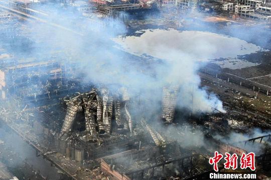 爆炸事故现场周边散发着大量烟雾。 泱波 摄