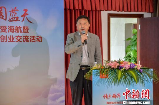图为海南省委统战部副部长、省台办主任刘耿与台湾乘务员交流。 洪坚鹏 摄