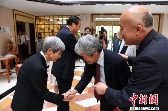 资料图:2018年,王旭东(右)参加平山郁夫丝绸之路美术馆文物展。杨艳敏 摄
