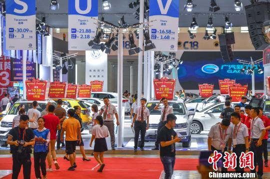 图为新能源汽车亮相第十三届海报集团金秋车展。 骆云飞 摄