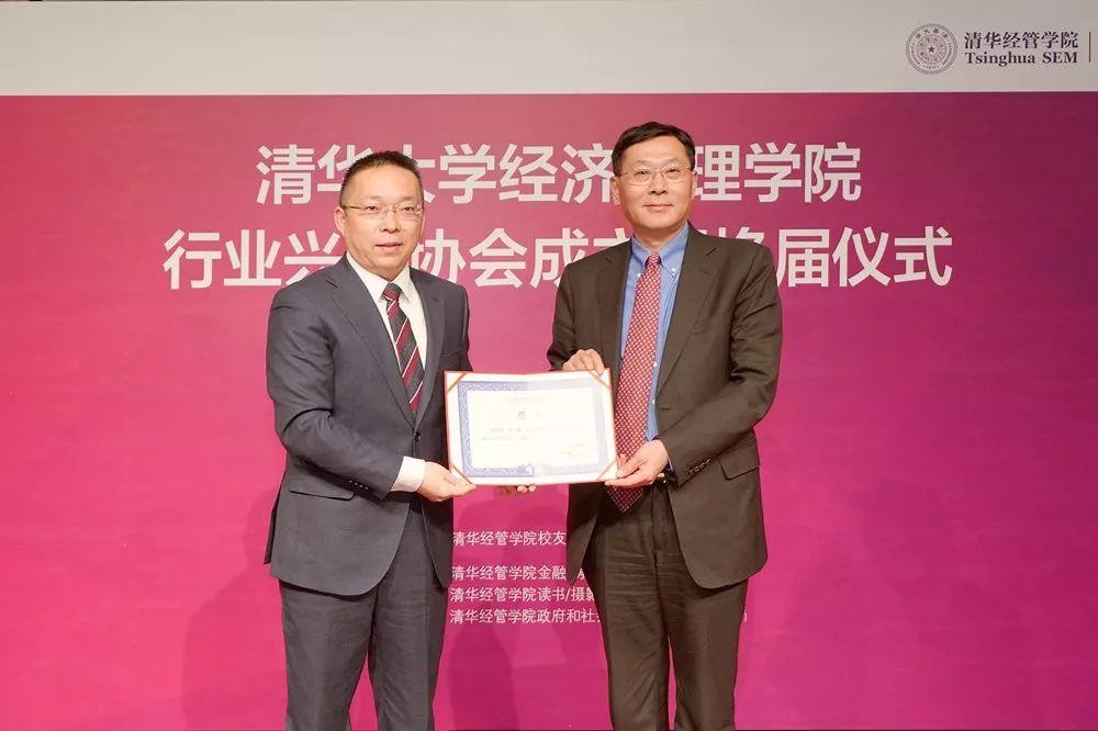 鑫苑集团董事长张勇接受聘书